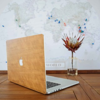 Glitty: Wooden covers for MacBooks.